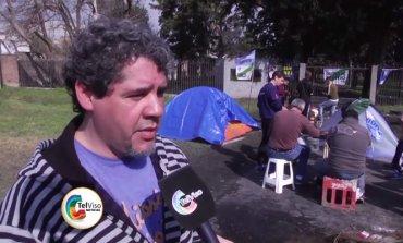 Trabajadores despedidos de una fábrica acampan para que les paguen el 100% de la indemnización
