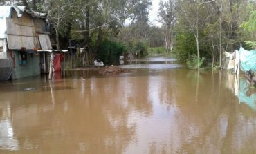 Lenta baja del Río Luján impide que los evacuados vuelvan a sus casas