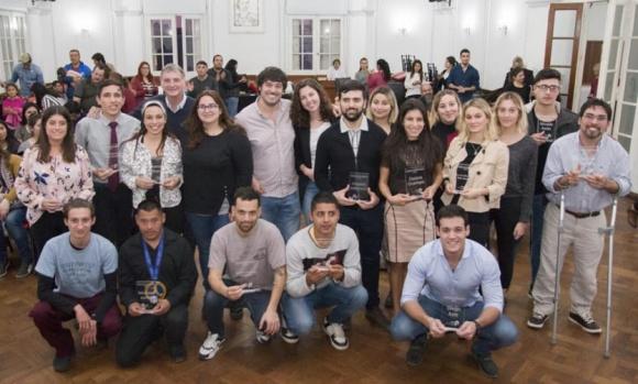 Premian a 12 jóvenes pilarenses por su desempeño en diferentes temáticas