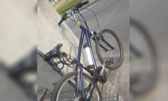Le robaron la bicicleta que usa para trabajar y que había dejado atada a metros de la Comisaría