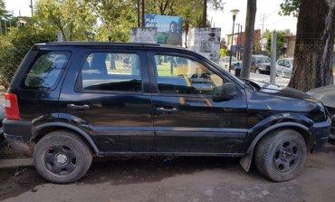 Detienen a dos delincuentes que intentaron escapar de la policía en un auto robado