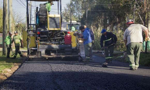 El intendente recorrió obras de asfalto en un barrio de Pilar