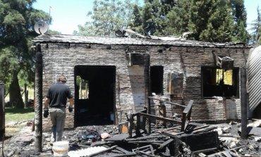 Perdieron todo en un incendio, duermen en una carpa y necesitan ayuda