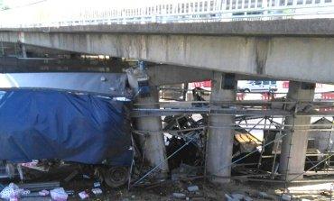 Camión chocó contra columnas de un puente en Panamericana; hay un muerto