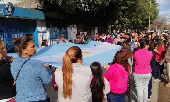 Abrazo simbólico a una escuela que está sin clases por problemas edilicios
