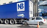 Un herido tras incrustarse un auto debajo de un camión